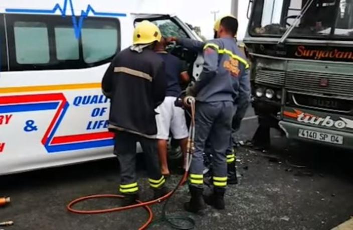 Accident à St-Aubin entre une ambulance et un autobus