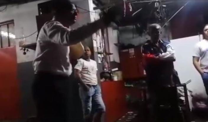 """[Vidéo] Elections villageoises : Une nouvelle vidéo montre le ministre Alan Ganoo donner """"un coup de main"""" à Chemin Grenier"""