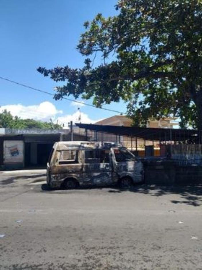 Mahébourg : un véhicule prend feu et fait trois blessés