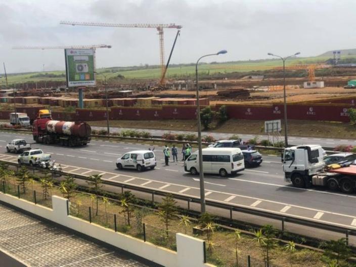 [Vidéo] A Ebène, la présence policière en plein milieu de l'autoroute crée embouteillage et accident