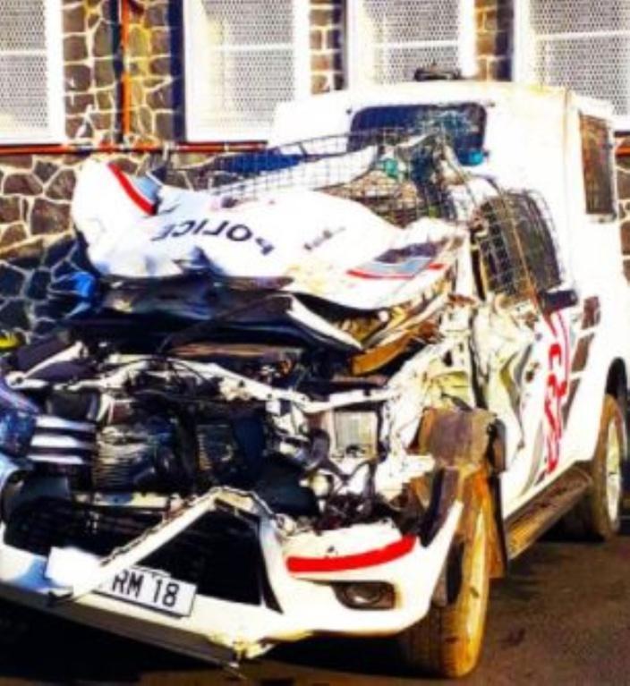 A Les Salines : Un véhicule de police percute un pylône, deux officiers blessés