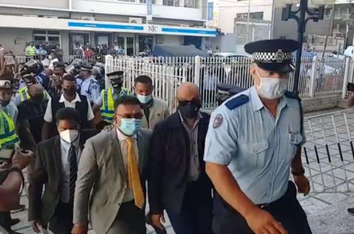 Emploi fictif : arrivée de Sawmynaden en cour sous forte escorte policière