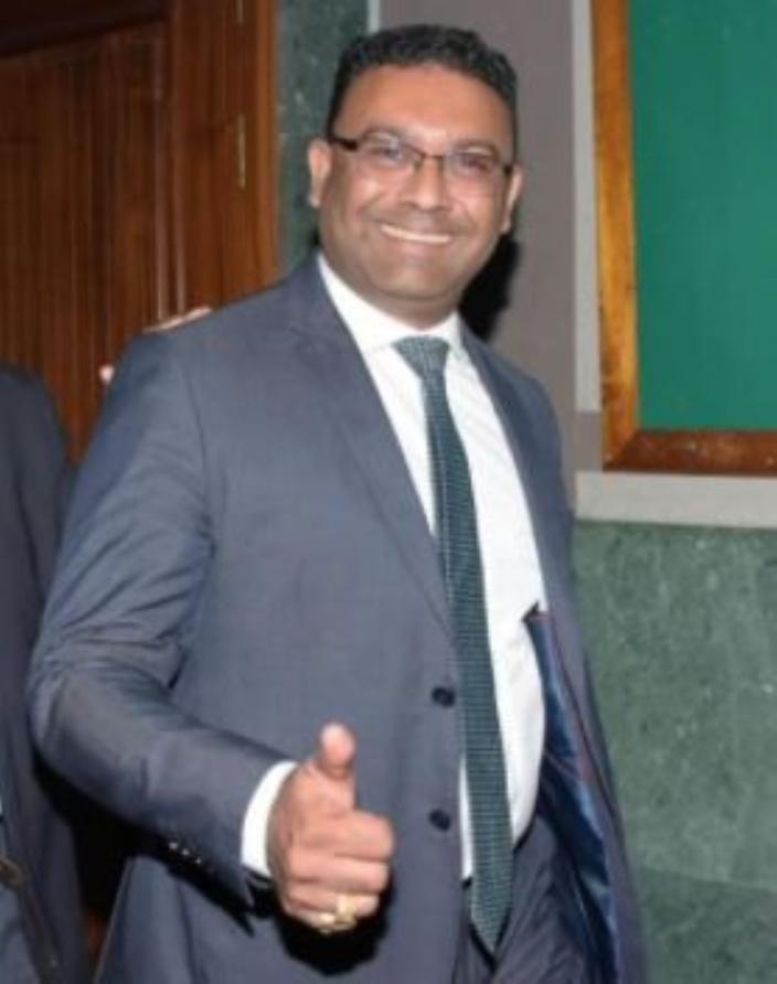 Sawmynaden, l'homme derrière un soulèvement populaire nationale, lève un pouce tout sourire