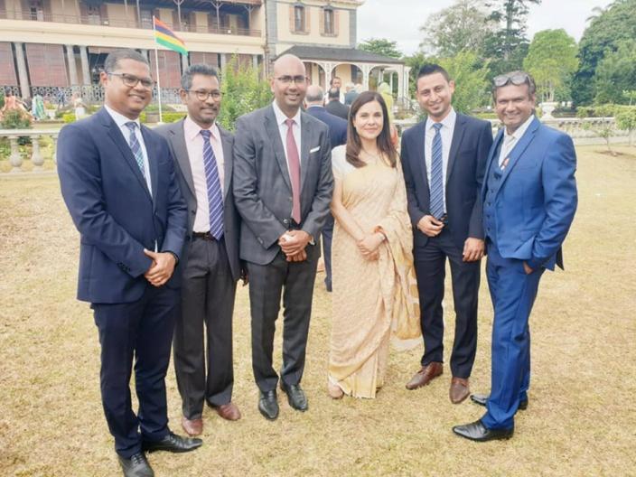 Sanjeeven Permall entouré de Kobita Jugnauth, Ken Arian, Nilen Vencadasmy, Vikram Jootun et Loveish Ramnochane