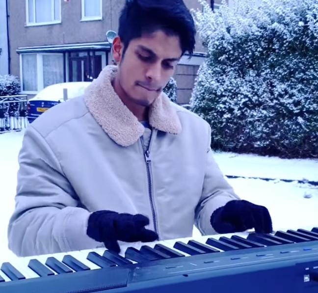 [Vidéo] Rahul Suntah, un jeune pianiste Mauricien réveille ses voisins en jouant du Mozart