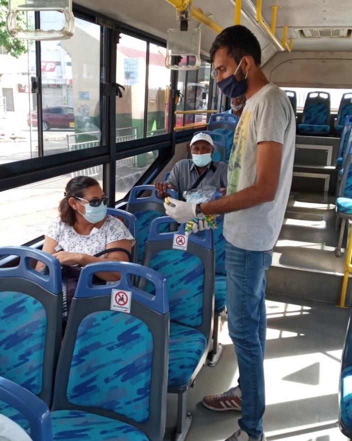 Distribution des œufs de Pâques dans les bus de la RHT