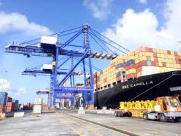 Au Port, sur 11 empileurs de la Cargo Handling Corporation Limited (CHCL), 3 sont obsolètes et 5 en panne