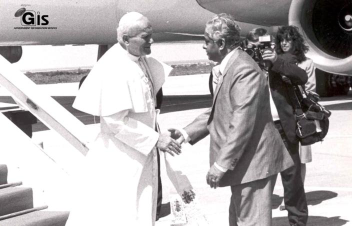 SAJ avec le Pape Jean Paul II lors de la visite papale à l'île Maurice. @GIS Mauritius
