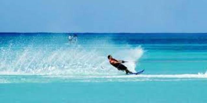 Accès aux plages mais sans les activités nautiques et commerciaux