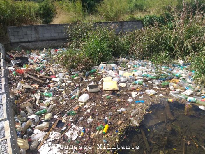 Pollution de l'eau en cours dans la digue entre la montagne de St Pierre et le Corps de Garde