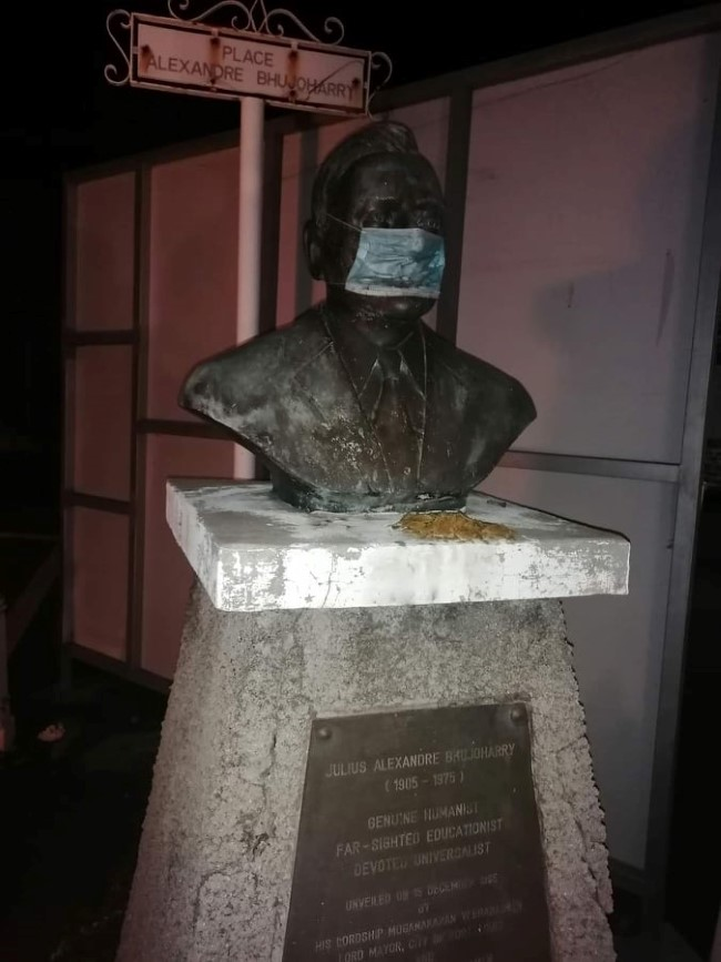 Vu à Port Louis, en face des Casernes, Julius Alexandre Alfred Bhujoharry portant un masque