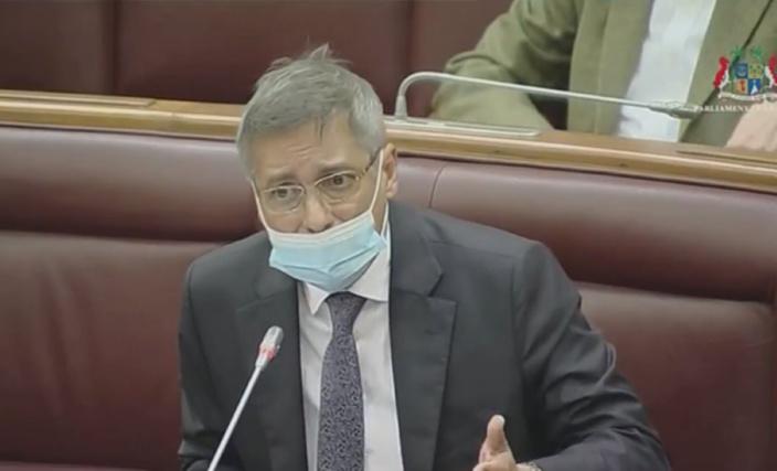 Inédit : le leader de l'opposition retire sa PNQ au beau milieu de la réponse