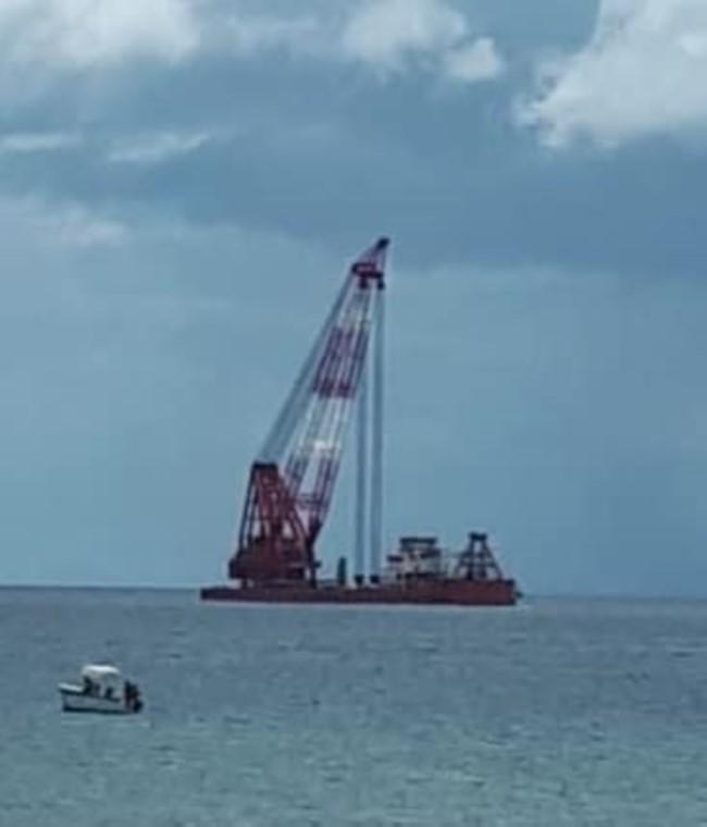 Ancrés depuis des mois, les deux barges et remorqueurs quitteront la baie de Tamarin/Rivière-Noire