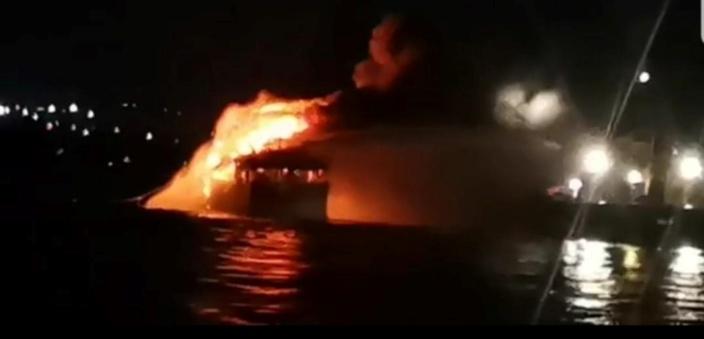 Un navire en feu au port