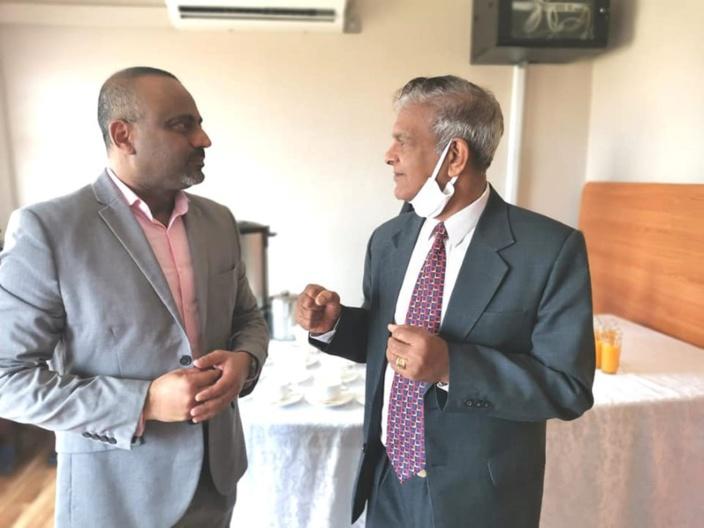 Pendant ce temps, Domah donne des cours aux fonctionnaires du ministère des Infrastructures nationales