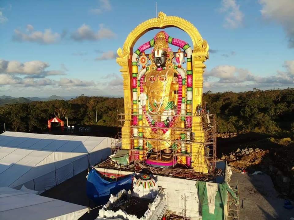 Shri Venkateswara est un des incarnations du Dieu Vishnu, qui fait partie des trois Dieux de la trinité hindoue. Brahma qui est le créateur, Vishnu le protecteur et Shiva le destructeur. « Venkateswara » signifie « Dieu Suprême qui détruit les péchés et apporte la bénédiction, la prospérité et la richesse
