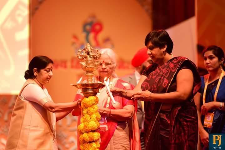 Overseas Citizen of India : La ministre de l'Education, Leela Devi Luchmun-Dookhun obtient la carte des mains de la ministre indienne