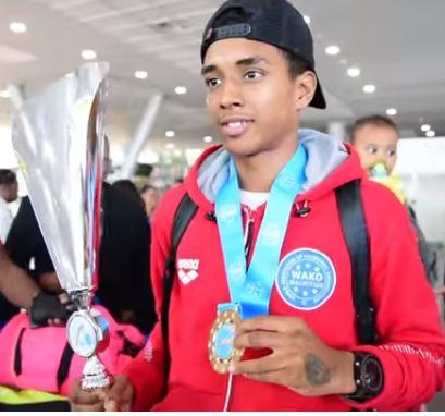 Le champion du monde Junior de kick-boxing, Warren Robertson est rentré au pays