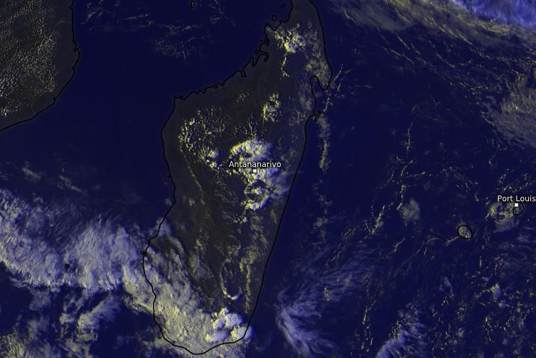 L'imagerie satellite de l'après-midi du lundi 15 octobre montre plusieurs développements convectifs pousser comme des champignons sur Madagascar.