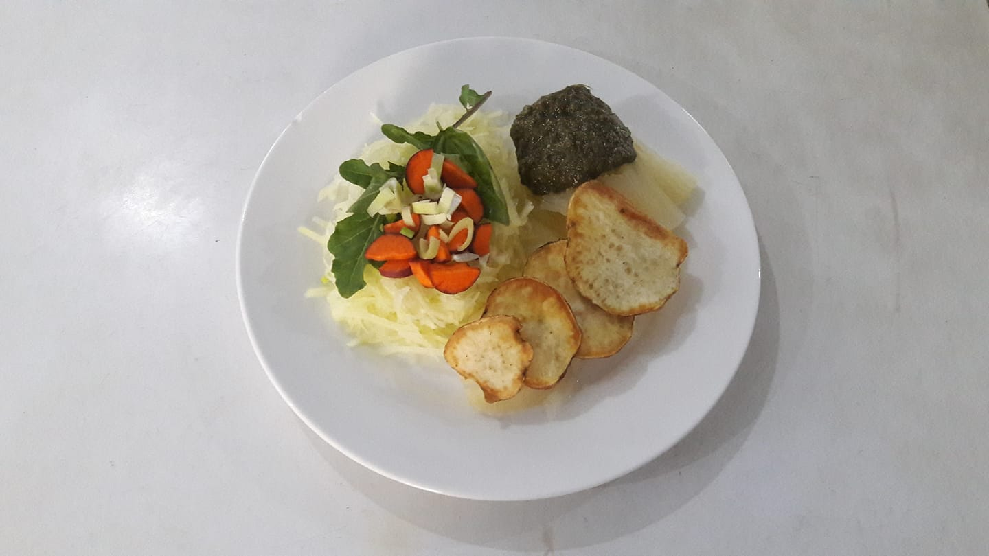 As i evolve into the experiments to present The amazing 100 % organic veggie plate from the garden (fried sweet potato chips on boiled tapioca and its secret sauce, accompanied by a papaya salad, some cosmic carrot, roquet, basilic and fennel