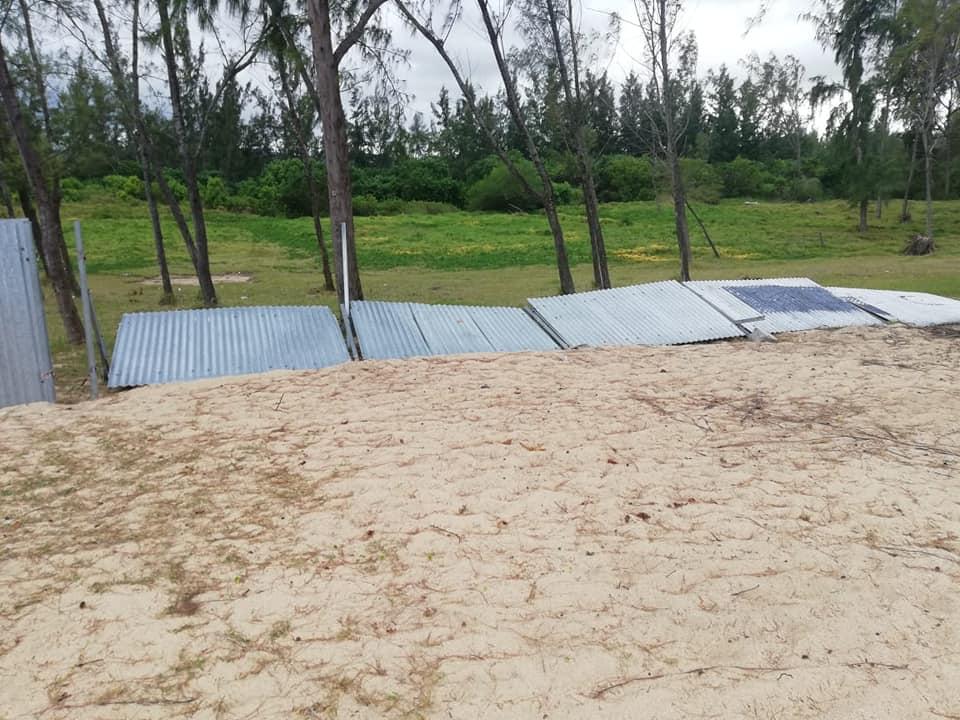 [Diaporama] La barrière en tôle un véritable danger ambulant à Pomponette