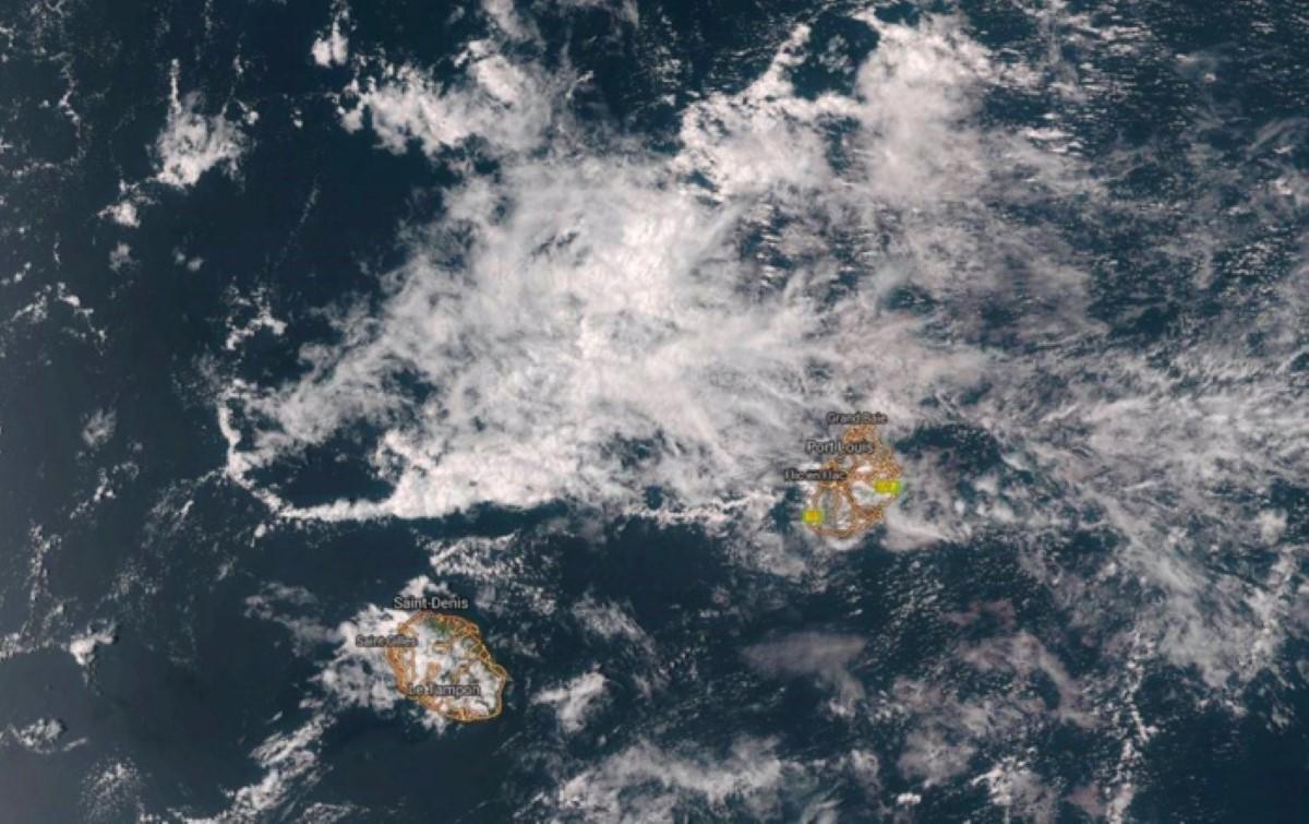 2018 NOV 22 14h. NPP,375m US Navy. Une zone d'instabilité se trouve à proximité des îles soeurs.