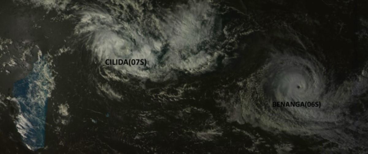 Sur la droite le cyclone tropical intense BENANGA. Au nord des Mascareignes CILIDA est bien visible avec un centre net. La distance entre les deux systèmes va progressivent décroitre ces prochains jours alors que BENNAGA s'affaiblira dans le même temps CILIDA se renforcera. Satellite: Goms-2,15h.