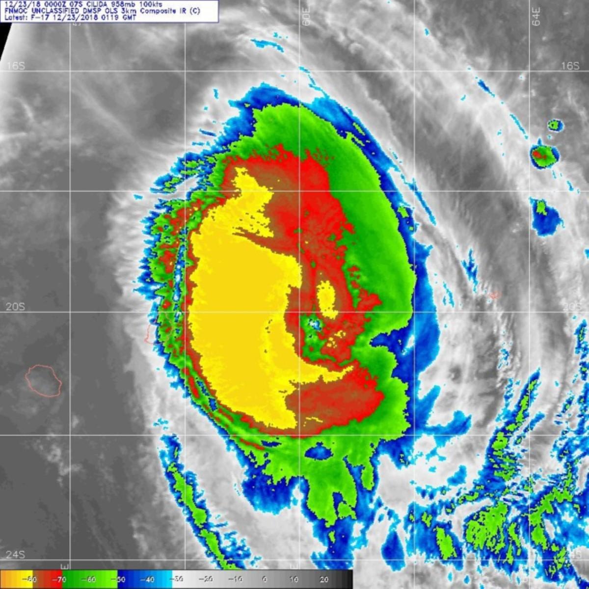 CILIDA capturé par un satellite de la défense US à 0519. En jaune les pluies et rafales cycloniques qui épargnent de justesse Maurice.