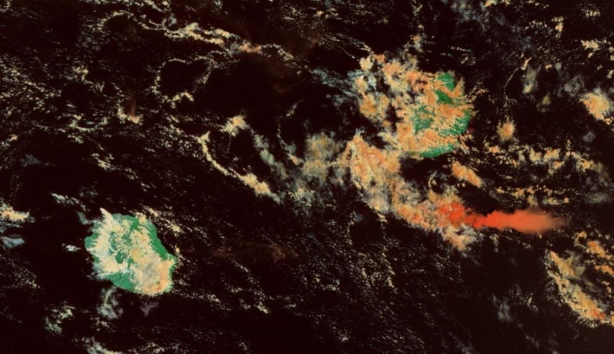 Les Iles Soeurs capturées par le satellite Modis/Terra à 10h20. Beaucoup plus de nuages dans le voisinage de Maurice. Evolution diurne classique sur la Réunion. Page Cyclone Class 4.