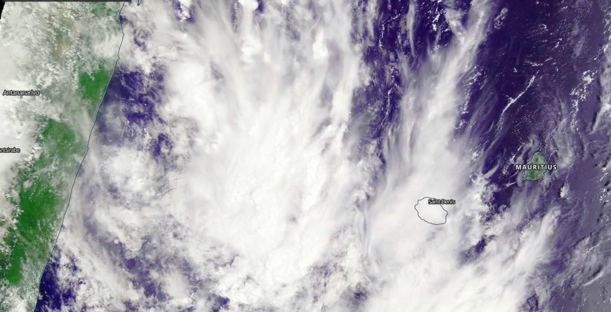 Satellite Terra à 10h30: la zone active circule à un peu plus de 100km de la Réunion. Maurice est sous le soleil. Nasa US.