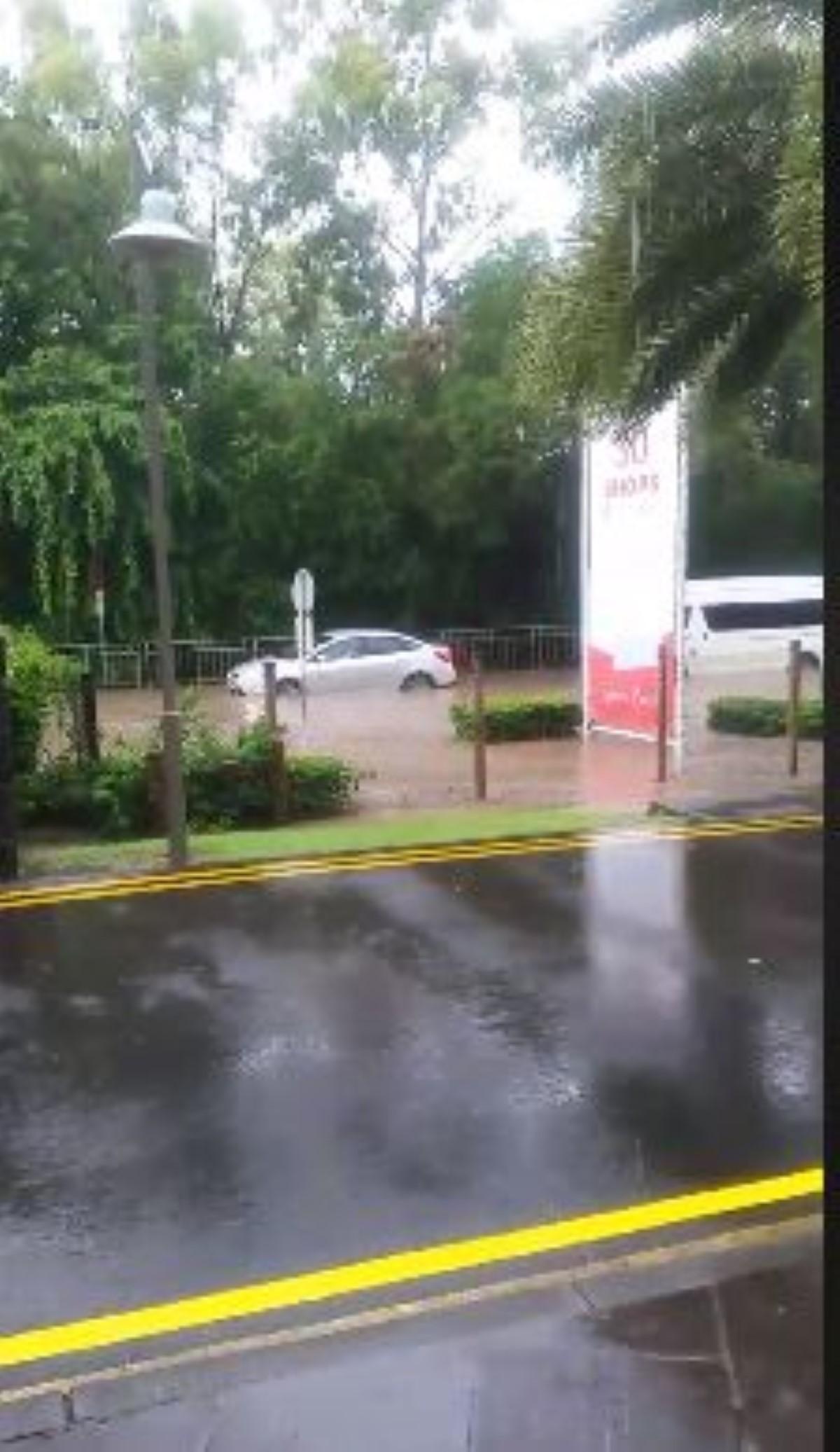 [Vidéo]  Accumulations d'eau à Ruisseau créole, Rivière-Noire