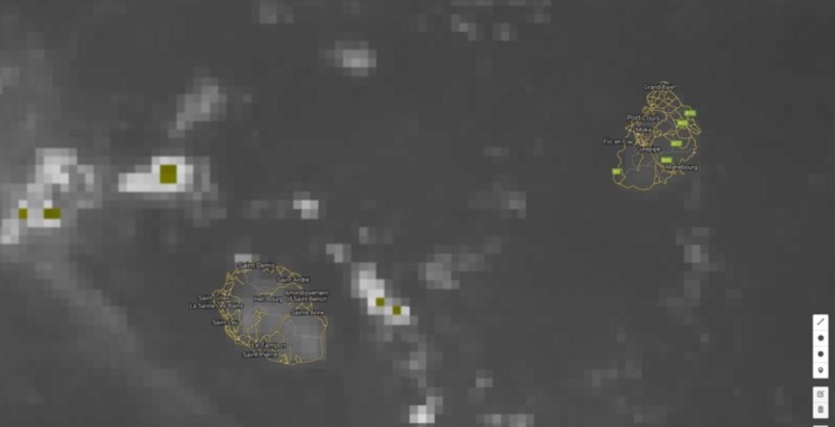 Satellite à 06h: très peu de nuages autour de Maurice. Des averses sont à 25km des côtes de Sainte Rose/Saint Benoît. Mais pour le moment le soleil n'a pas de rival sur la Réunion.