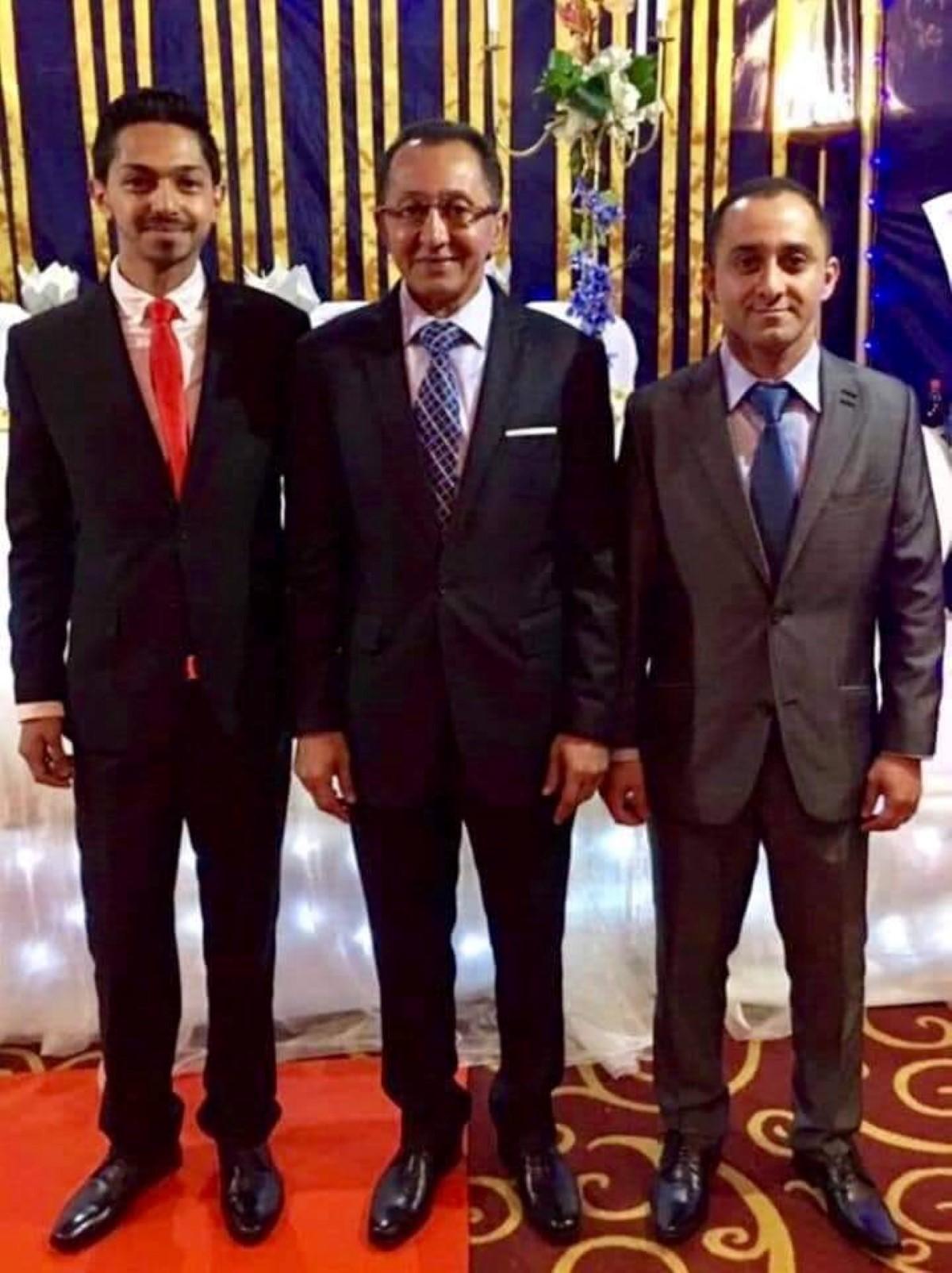 Farouk Daya entouré de ses deux fils.