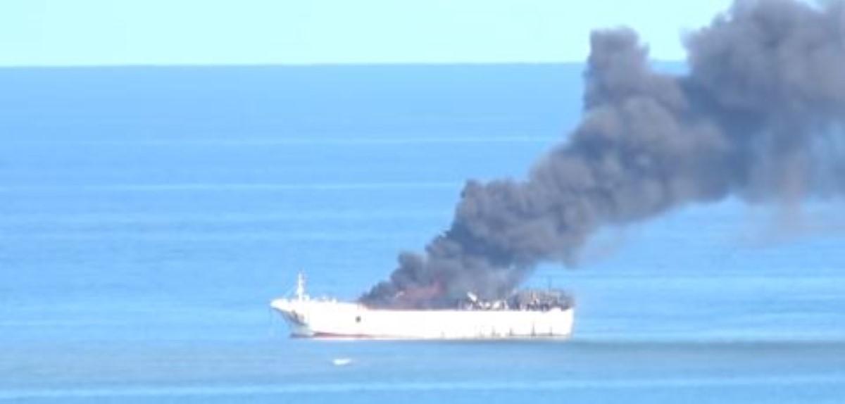 Un bateau taïwanais en feu au large de Port-Louis