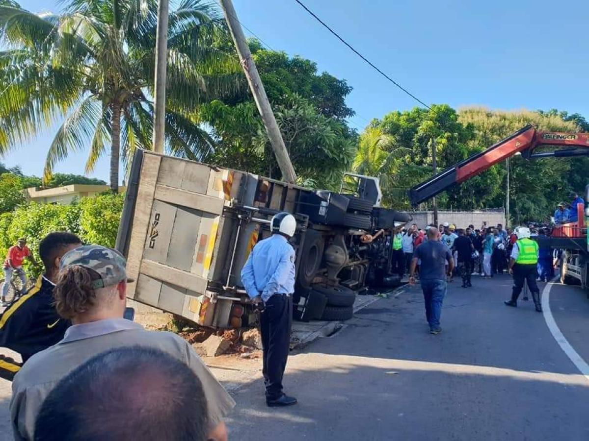 Baie-du-Tombeau : Un camion se renverse sur le bas côté, quelques passants font main basse sur la marchandise...
