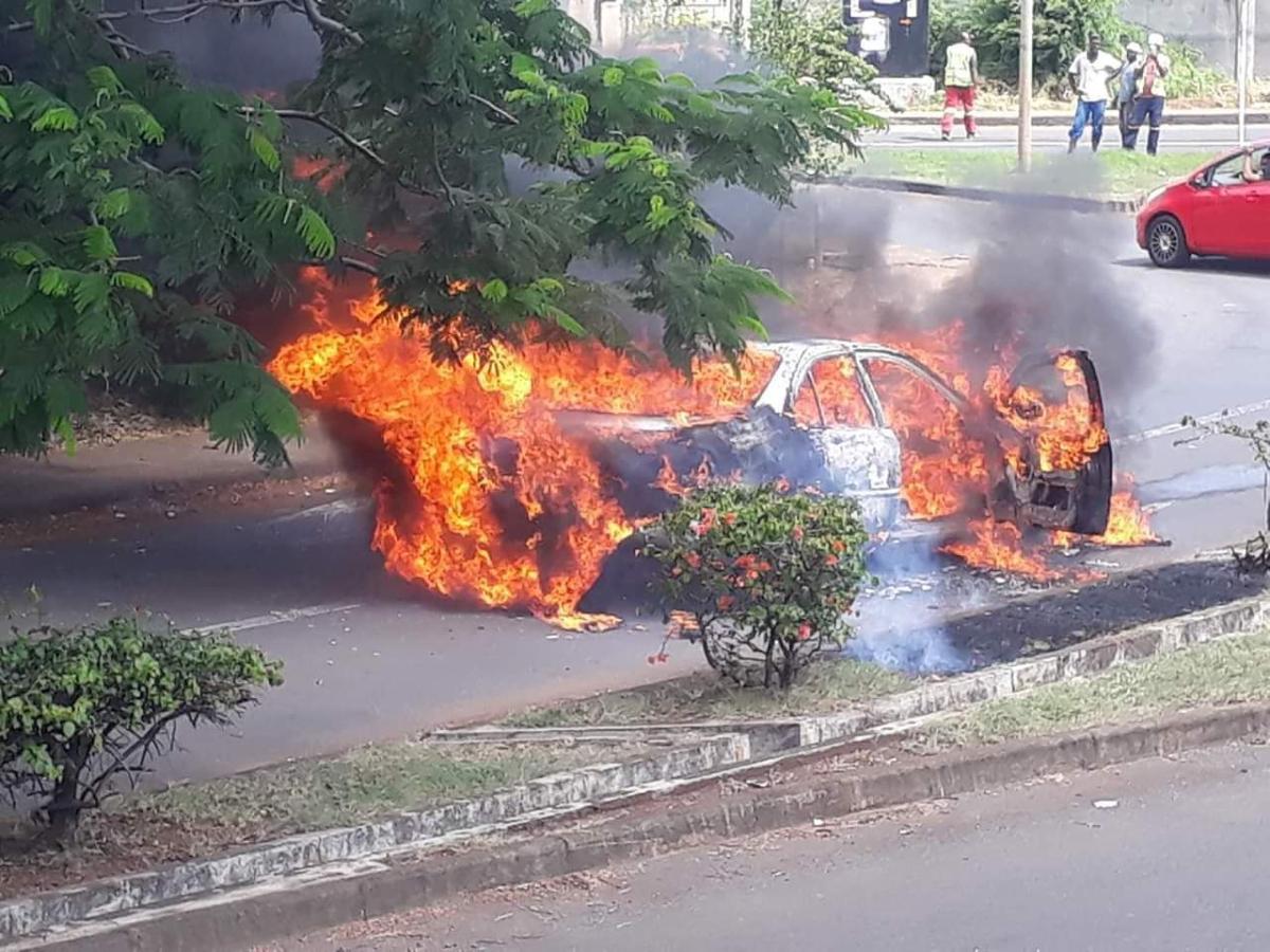 [Vidéo] Riche Terre : Une voiture prend feu