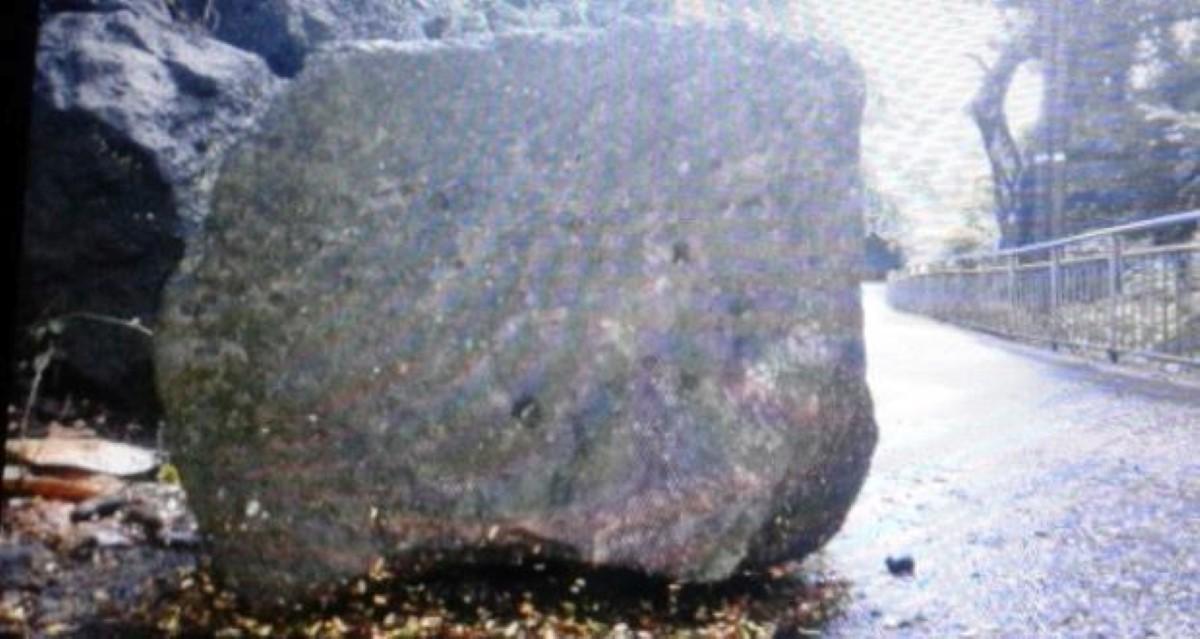 Souillac : Un rocher en plein milieu de la route