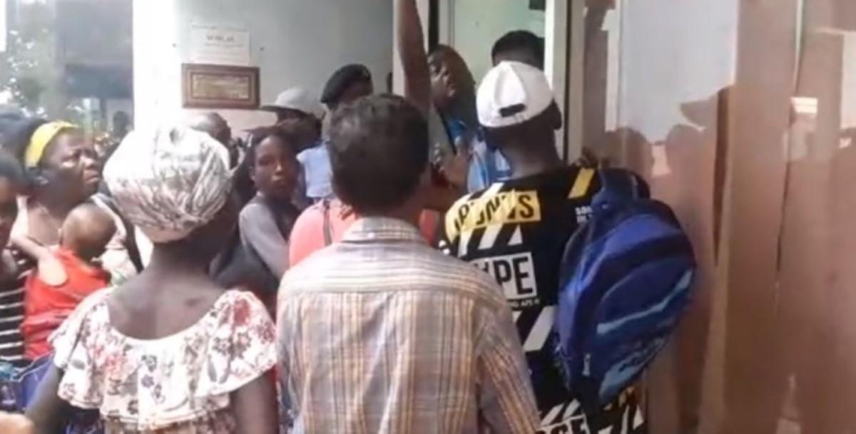 Les victimes d'inondations ont passé la nuit devant le poste de police de Bain-des-Dames