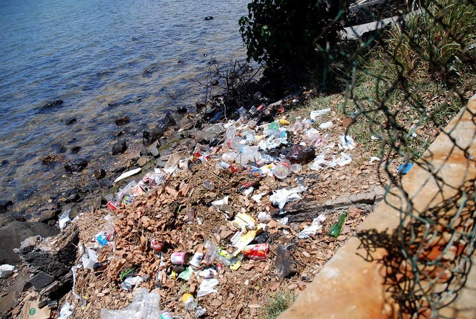 La première occupation de l'île, malheureusement enfouie sous les plastiques, et sans ses éclairages.