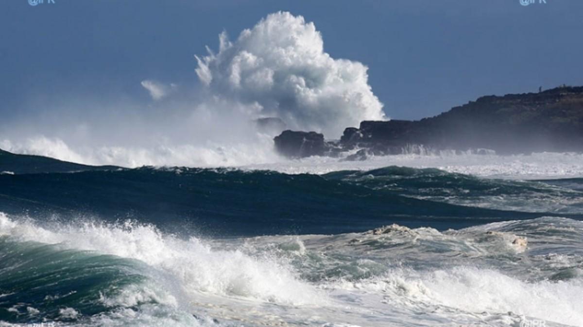 Mer forte au-delà des récifs avec des houles du secteur Sud