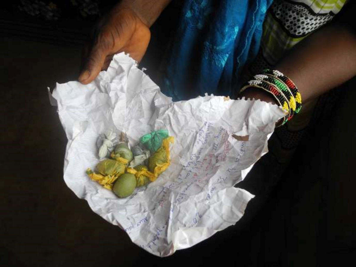 Les sachets de « tabac » sont vendus en cachette à Sédhiou, une petite ville de Casamance (Sénégal). CHLOE LAUVERGNIER