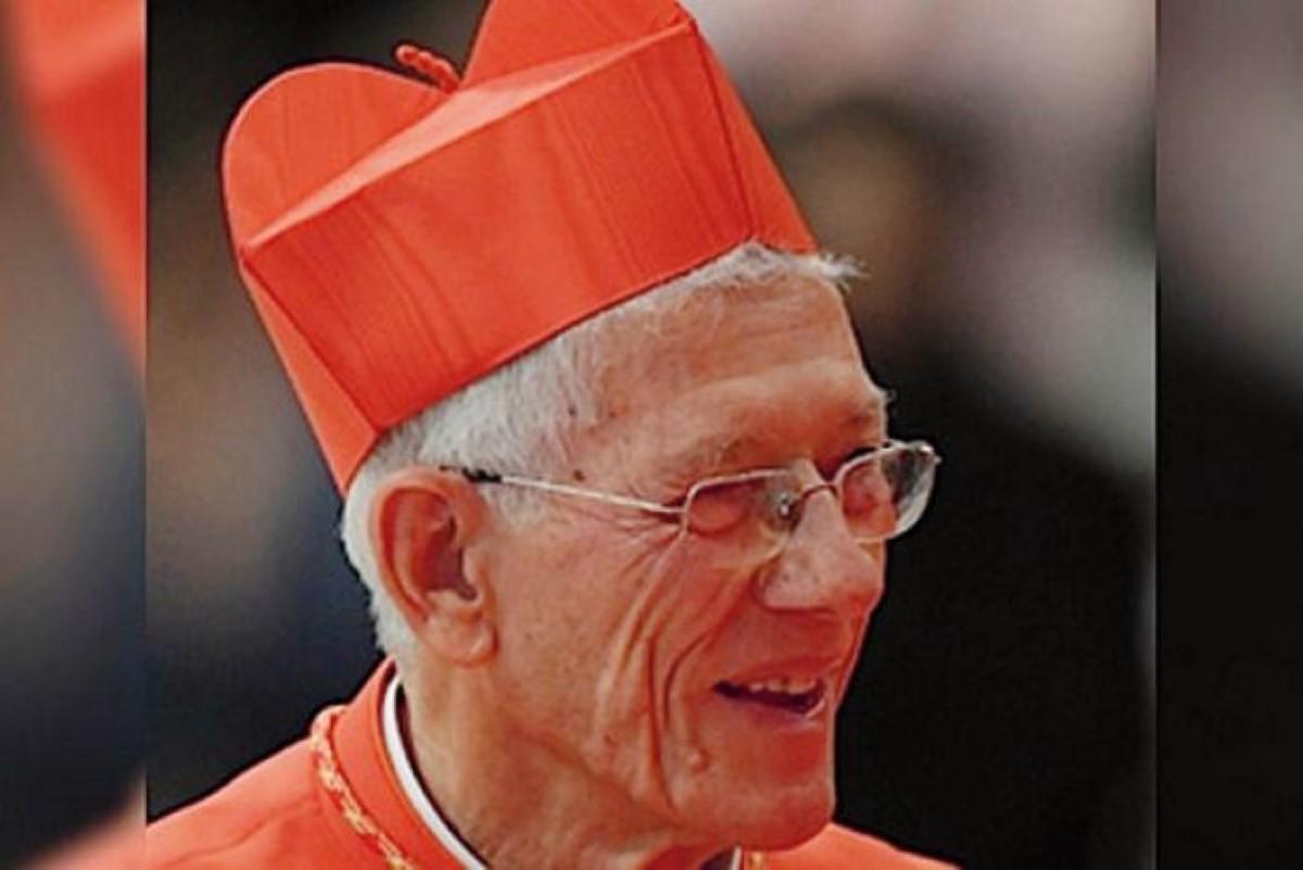 Le cardinal Piat est derrière les athlètes