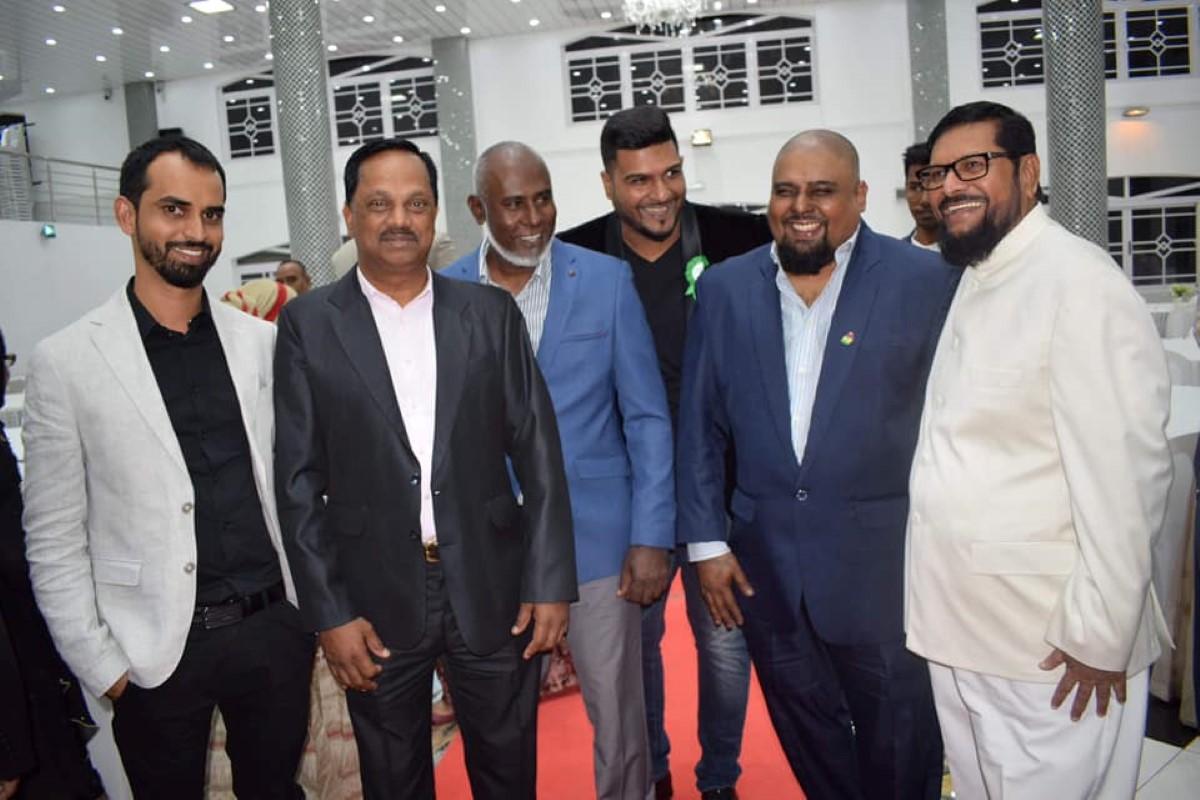 Le dentiste Ismaël Rawoo sur la gauche de la photo entouré entre autre de Samad Gunny, agent politique qui a retourné sa veste récemment et de l'ex ministre Soodhun lors d'un dîner en l'honneur de l'ambassadeur saoudien.