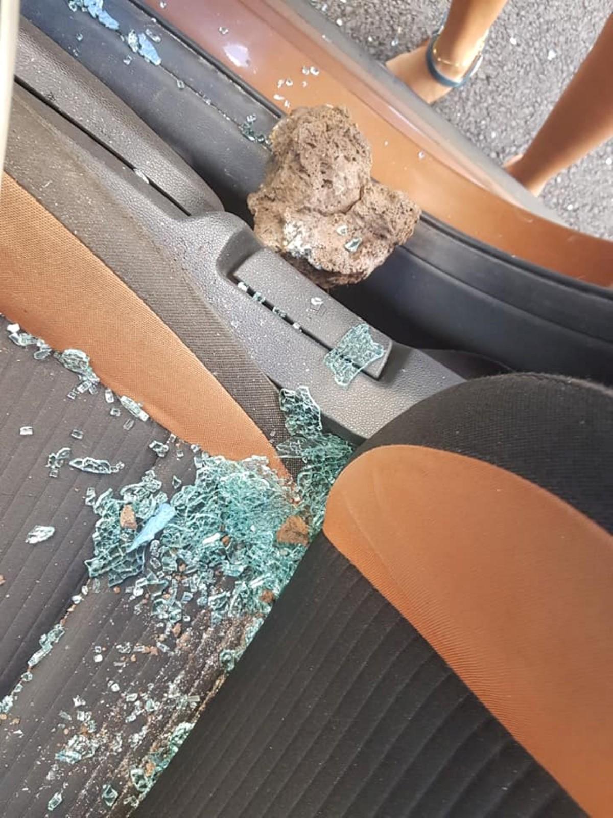 La vitre du côté conducteur a volé en éclat sous l'effet du choc.