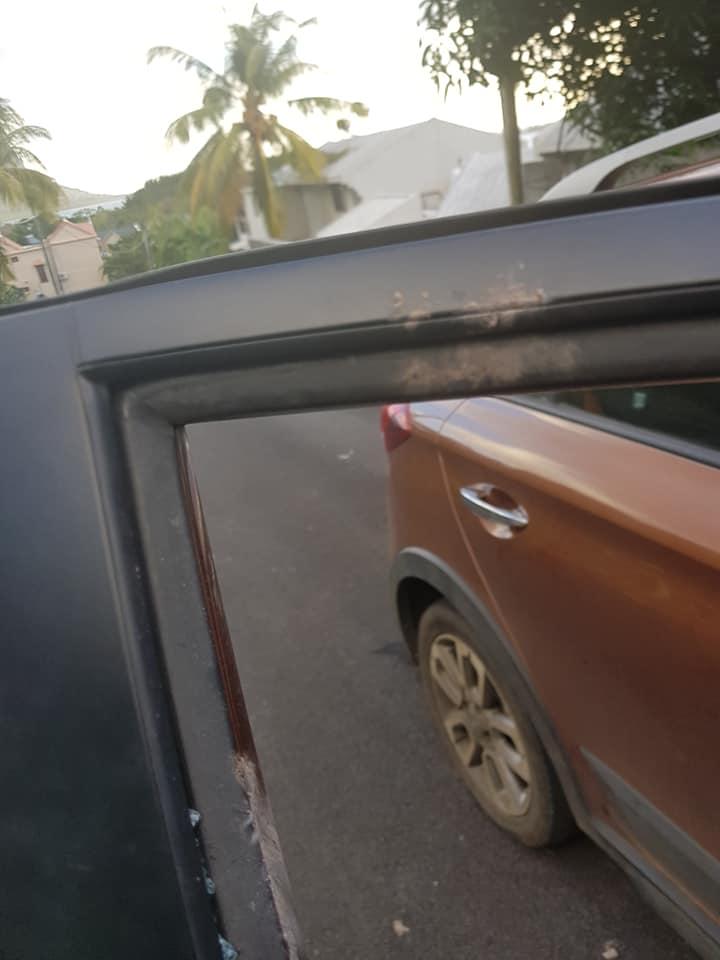 Route de Macondé : Une pierre se détache de la falaise et chute sur sa voiture en brisant sa vitre