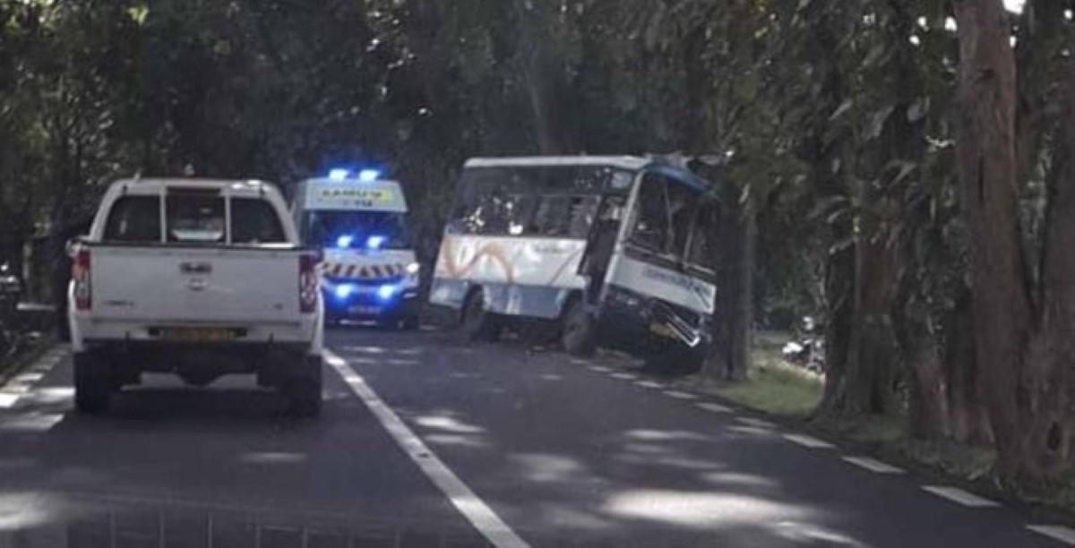 Accident à Flacq : Un van scolaire fait une sortie de route