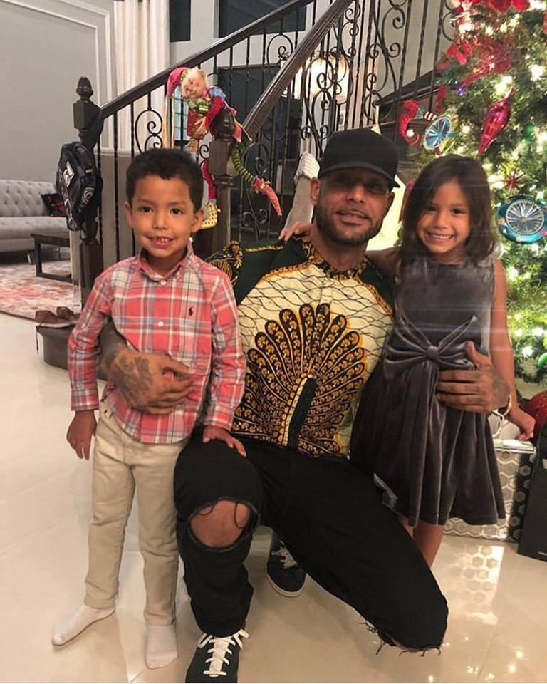 Le rappeur français Booba vêtue d'une création de Tiécoura Sangaré lors d'un Noël en famille. @ Tiécoura Sangaré
