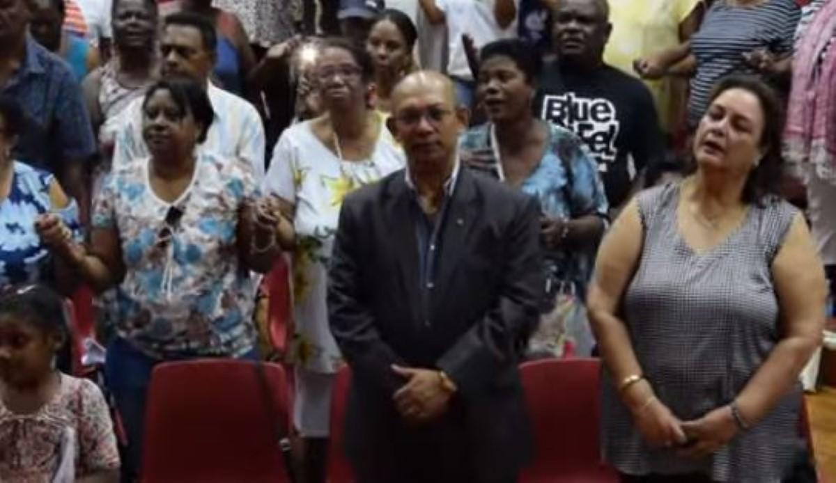 De généreux donateurs présents à la Fédération des Créoles Mauriciens (FCM) du père Grégoire
