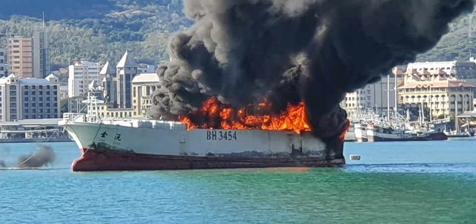 📷 Un navire au Quay 2 de Port-Louis est en feu