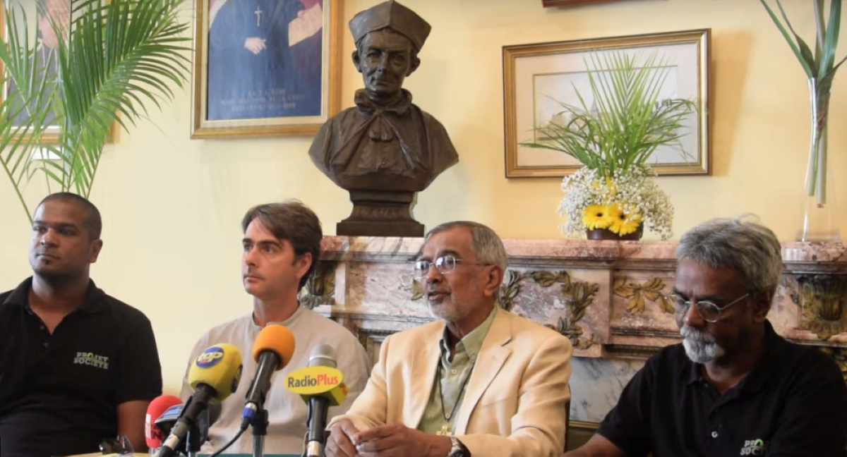 Le vicaire-général Jean-Maurice Labour lors de sa conférence de presse, entouré de Pascal Laroulette, Sebastien Rousset et Malenn Oodiah de 'Projet de Société'